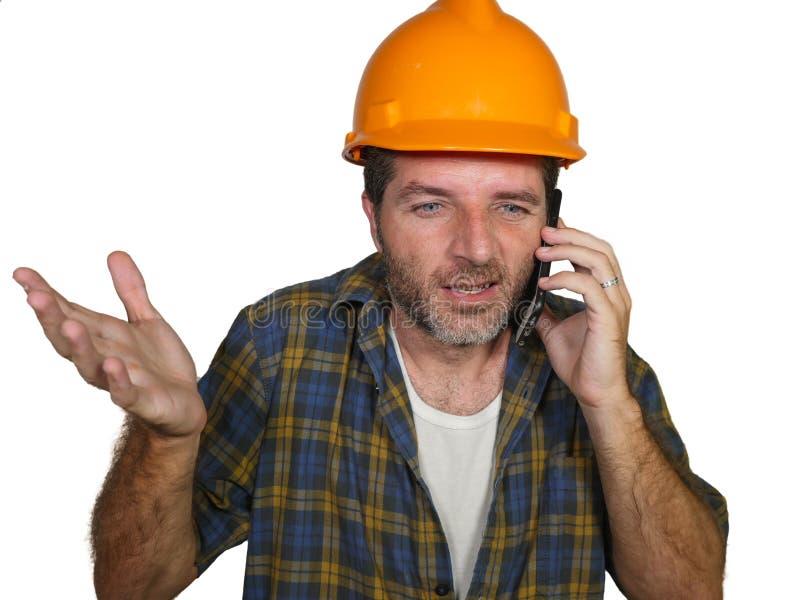 Retrato do trabalhador da construção virado ou do homem forçado do contratante no chapéu do construtor que falam no telefone celu imagem de stock royalty free