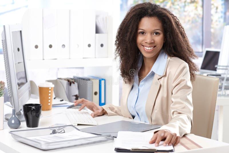 Retrato do trabalhador de escritório de sorriso bonito fotografia de stock royalty free