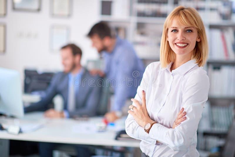 Retrato do trabalhador de mulher no escritório fotografia de stock royalty free