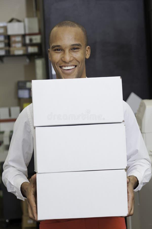 Retrato do trabalhador industrial que guarda recipientes fotos de stock royalty free