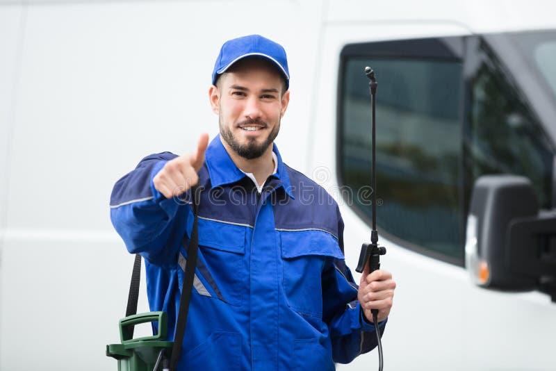 Retrato do trabalhador masculino de sorriso do controlo de pragas de A fotografia de stock