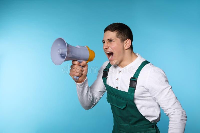 Retrato do trabalhador masculino emocional que usa o megafone foto de stock royalty free