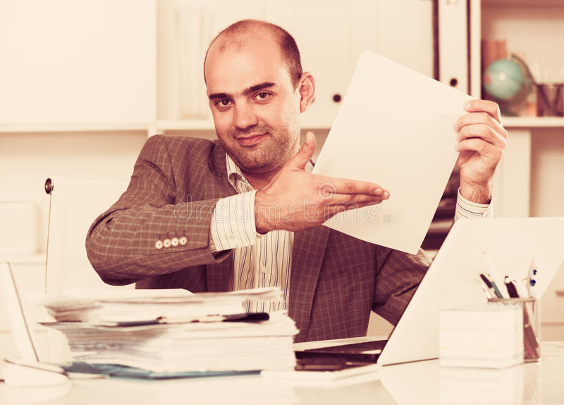 Retrato do trabalhador masculino no assento do escritório imagem de stock