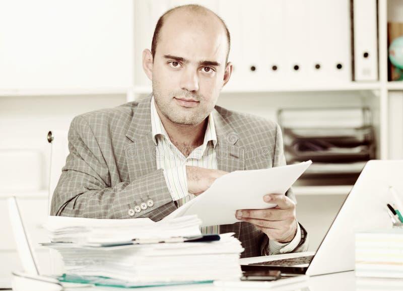 Retrato do trabalhador masculino no assento do escritório imagens de stock royalty free