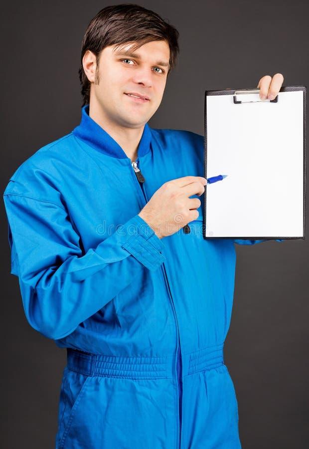 Retrato do trabalhador novo que guardara uma pena e uma prancheta vazia imagem de stock royalty free