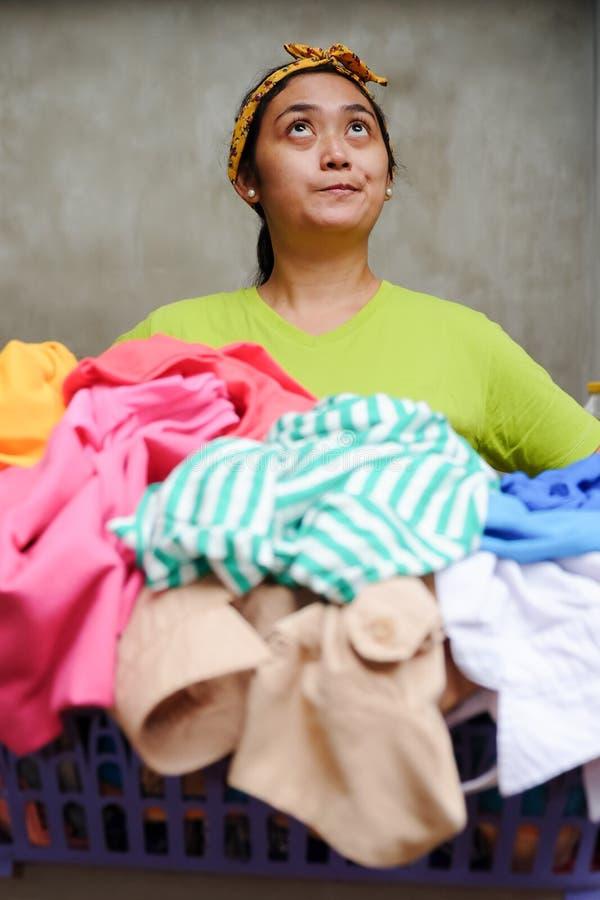 Retrato do trabalho étnico asiático da dona de casa e da lavanderia foto de stock royalty free
