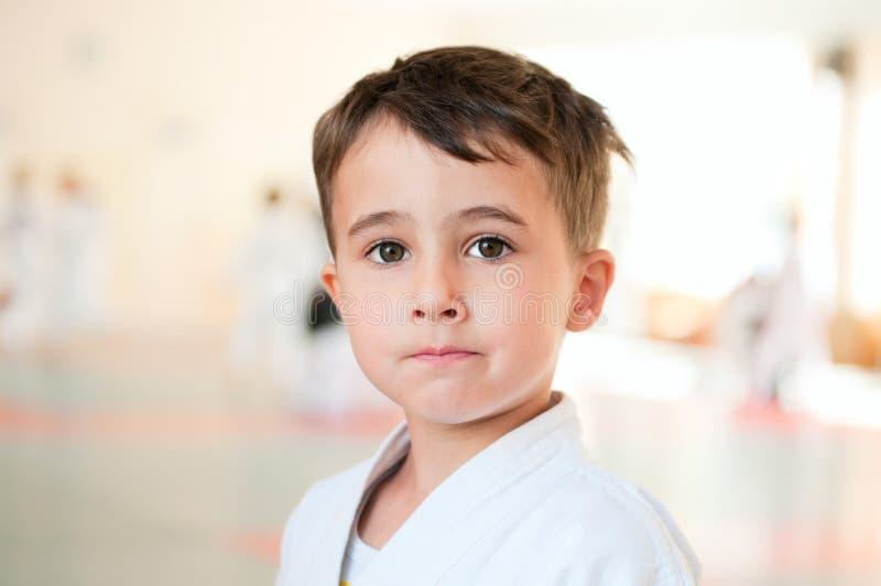 Retrato do treinamento do menino do karaté foto de stock royalty free