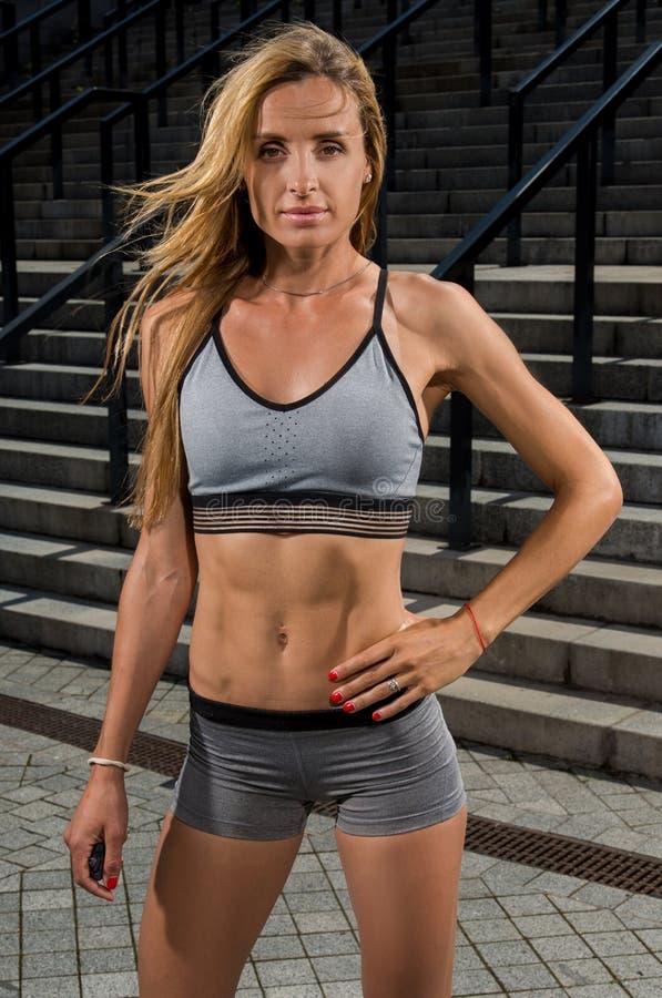 Retrato do treinamento fêmea novo e bonito da aptidão Motivação do esporte imagem de stock royalty free