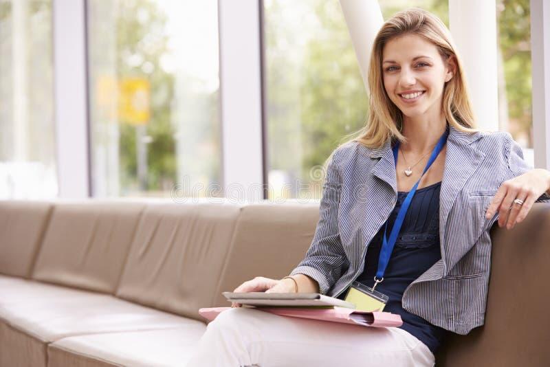 Retrato do tutor fêmea With Digital Tablet da faculdade ilustração royalty free