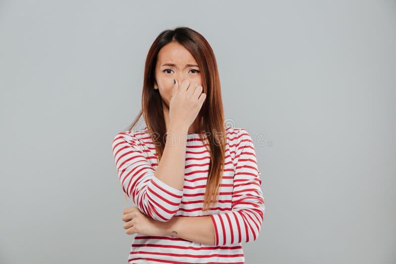 Retrato do um grito asiático desapontado da mulher da virada imagem de stock