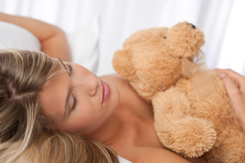 Retrato do urso de peluche bonito da terra arrendada da mulher fotografia de stock