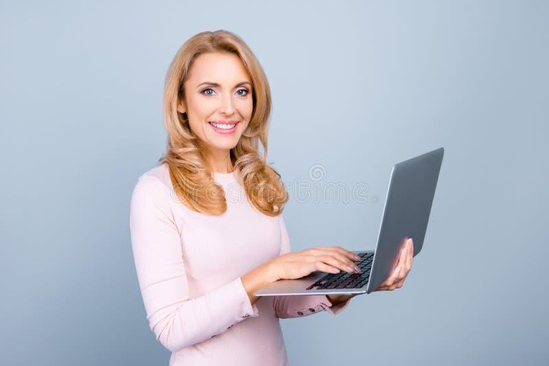Retrato do usin inteligente inteligente experiente seguro da mulher fotos de stock royalty free