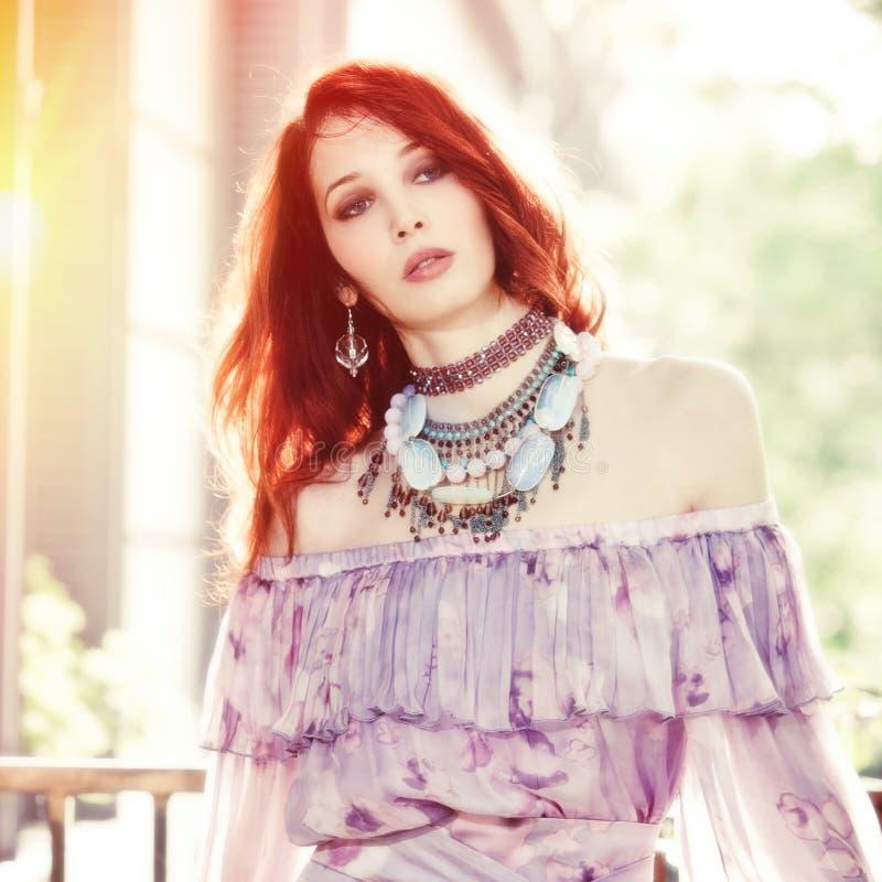 Retrato do verão do tiro exterior da mulher nova do estilo do boho foto de stock royalty free