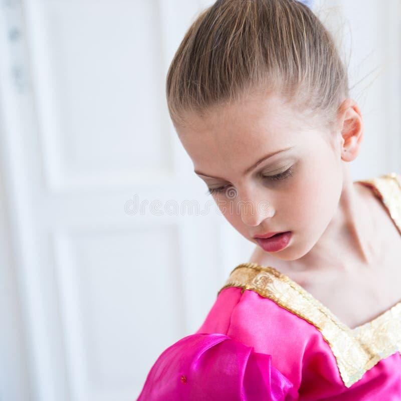 Retrato do vestido colorido tradicional vestindo do russo da menina bonita fotografia de stock royalty free