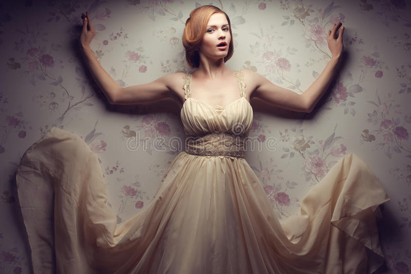 Retrato do vintage da menina ruivo glamoroso feliz no vestido fresco imagem de stock royalty free