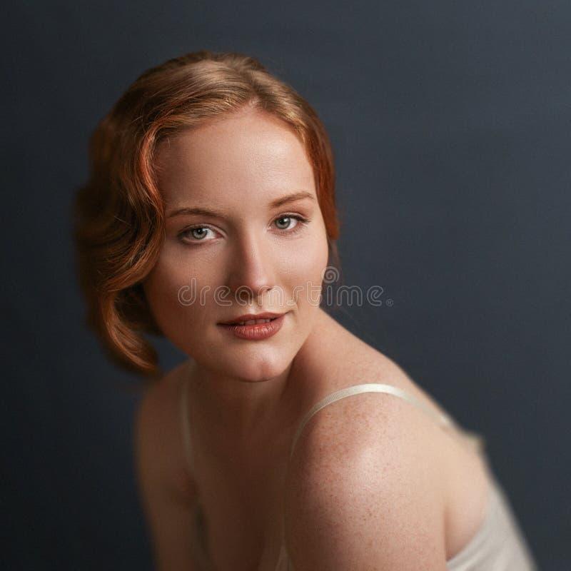 Retrato do vintage da mulher bonita do ruivo fotos de stock