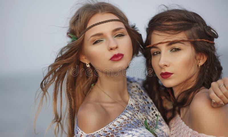 Retrato do vintage da mulher dois bonita no estilo do boho que olha foto de stock royalty free