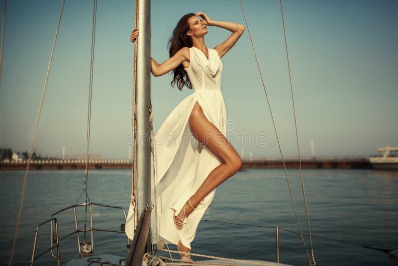 Retrato do vintage da mulher elegante bonita no vestido longo luxuoso fotos de stock