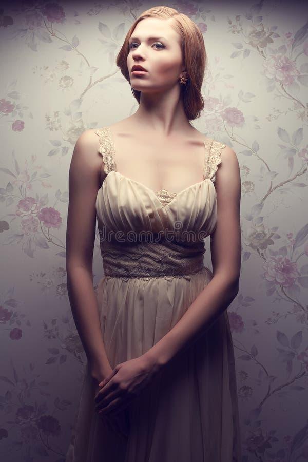 Retrato do vintage de glamoroso boneca-como o levantamento retro da menina imagens de stock