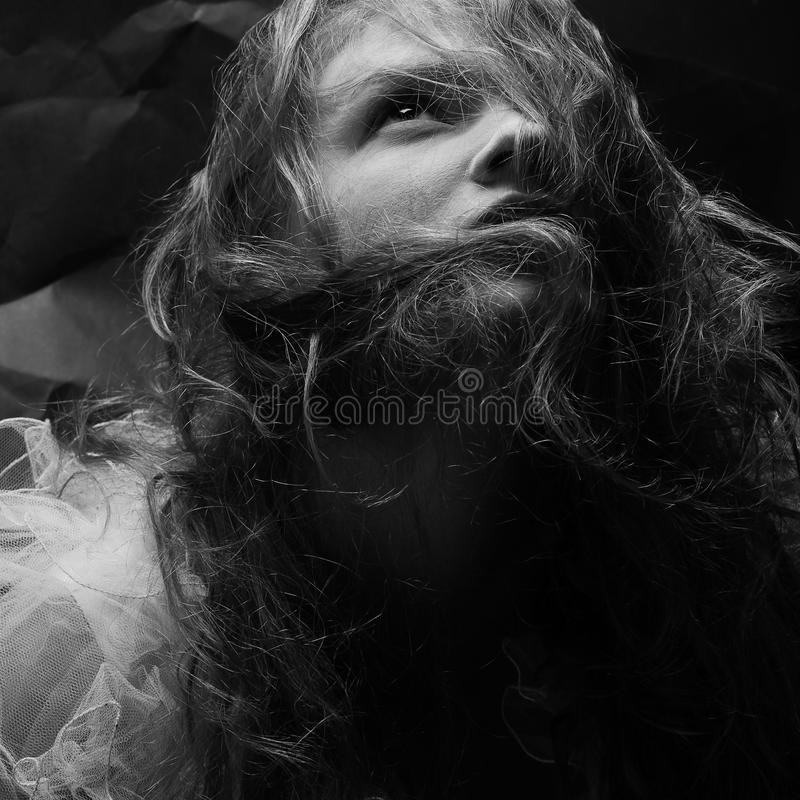 Retrato do vintage de um lindo rainha-como a menina que levanta sobre o wrink imagem de stock