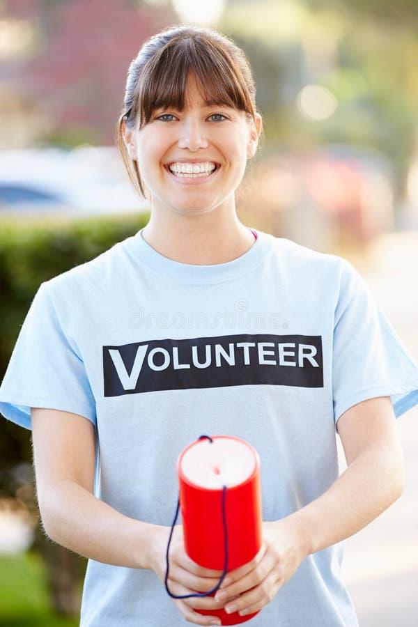 Retrato do voluntário da caridade na rua com lata da coleção fotografia de stock