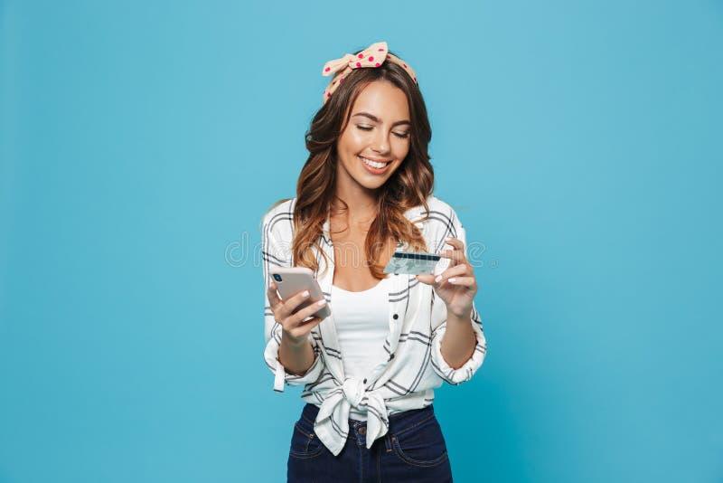 Retrato do whi de sorriso vestindo entusiasmado bonito da faixa da senhora 20s fotografia de stock