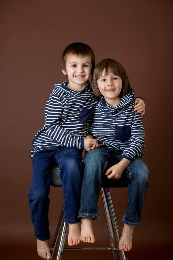 Retrato doble de dos muchachos, hermanos imagen de archivo