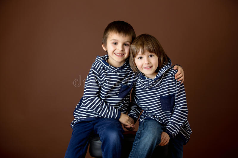 Retrato doble de dos muchachos, hermanos fotografía de archivo