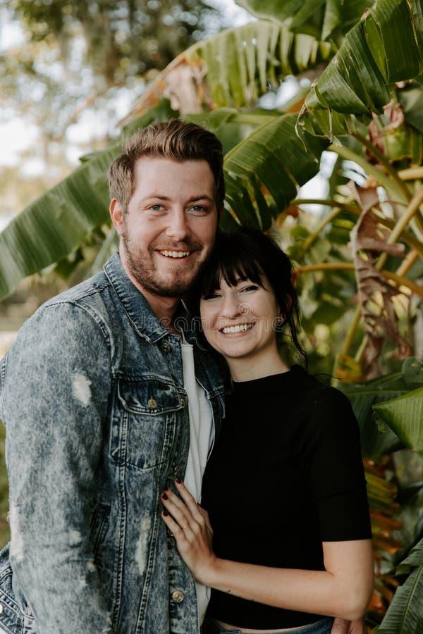 Retrato dois do adulto novo bonito caucasiano moderno bonito Guy Boyfriend Lady Girlfriend Couple que abraça e que beija no amor  imagens de stock