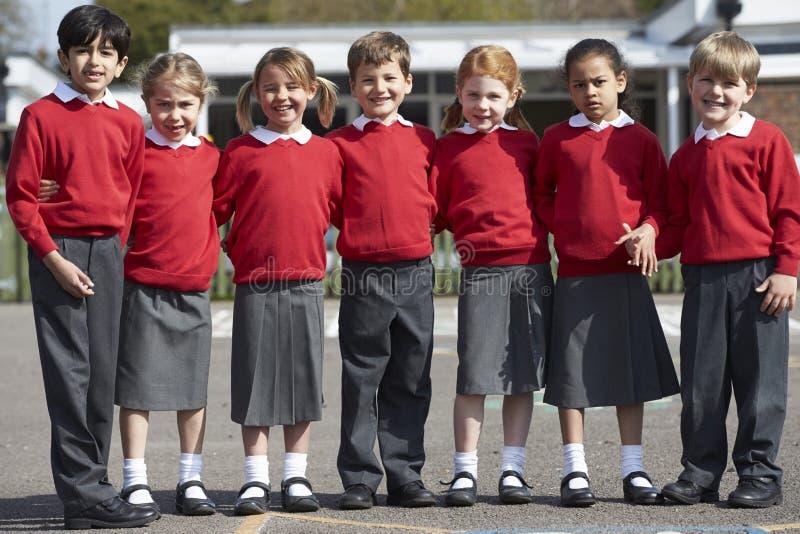 Retrato dos alunos da escola primária no campo de jogos imagens de stock royalty free