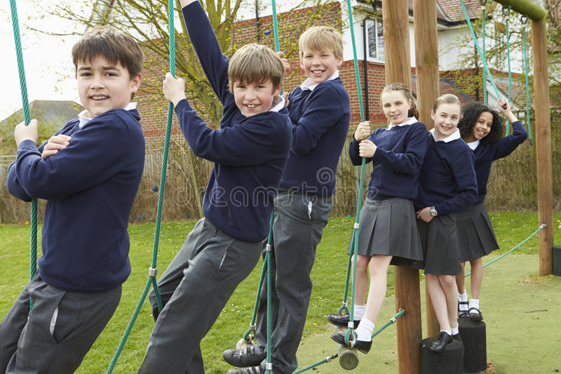 Retrato dos alunos da escola primária no equipamento de escalada fotos de stock royalty free