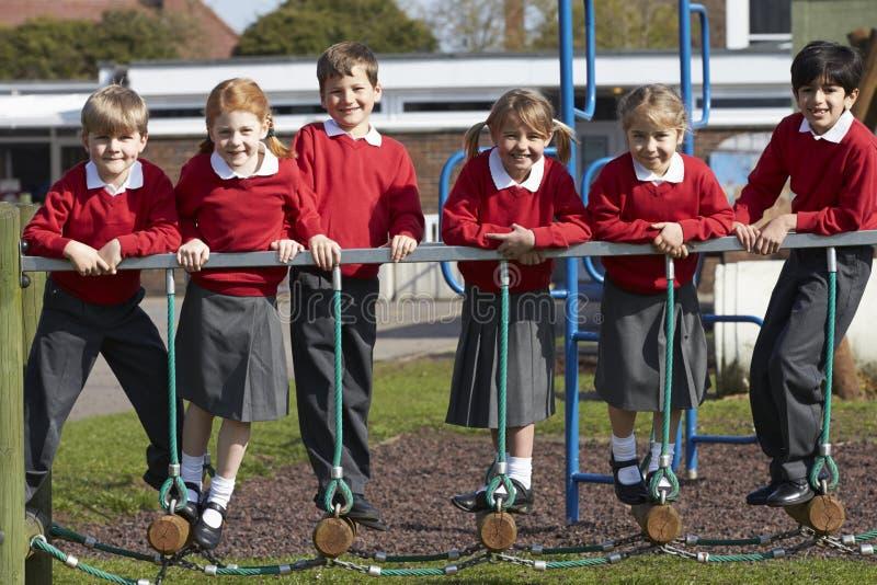 Retrato dos alunos da escola primária no equipamento de escalada imagens de stock