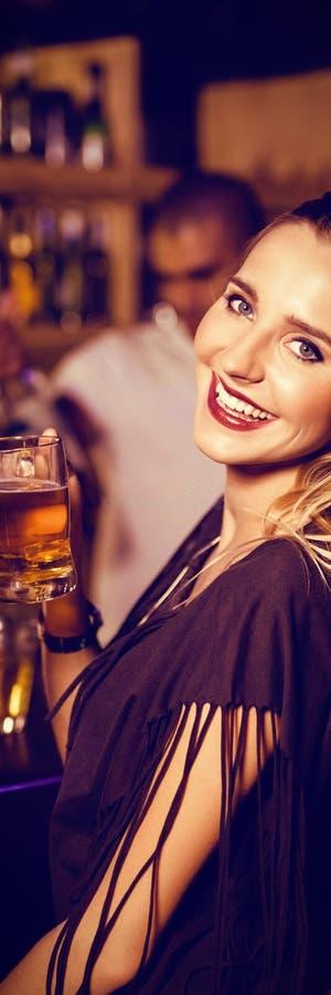 Retrato dos amigos fêmeas que têm bebidas no contador imagem de stock royalty free