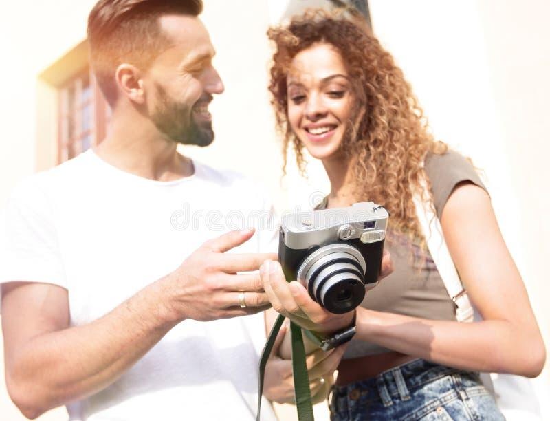 Retrato dos amigos novos que andam olhando as fotos foto de stock