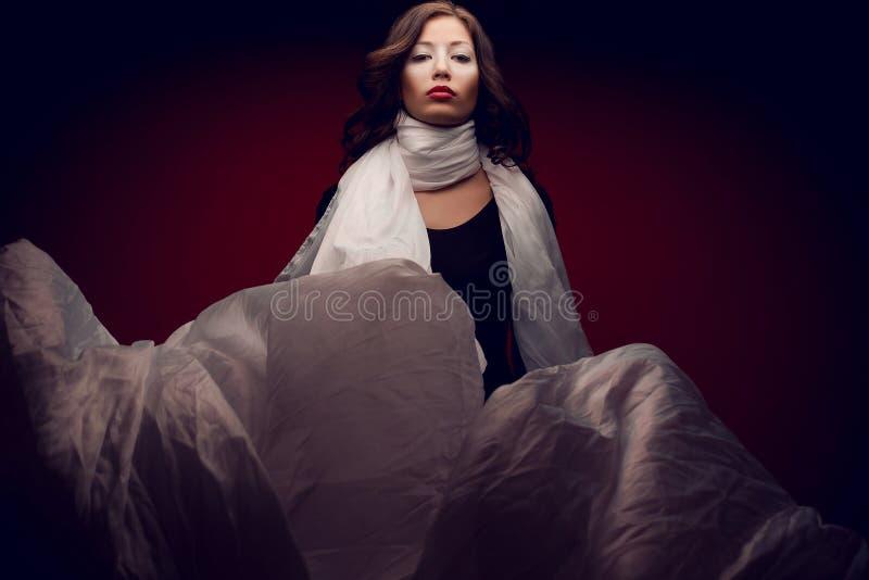 Retrato dos Arty da morena bonita com o lenço vapory branco foto de stock royalty free
