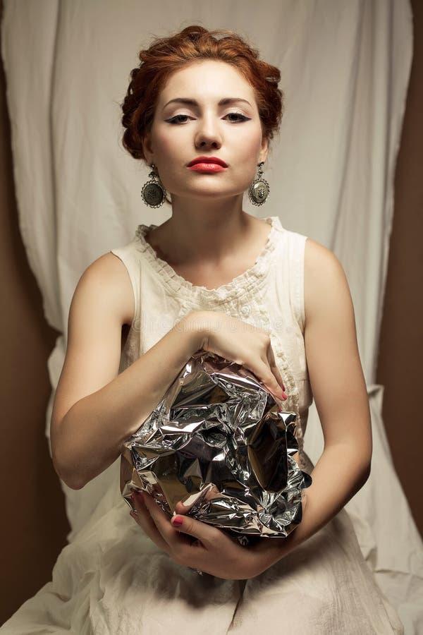 Retrato dos Arty de elegante rainha-como o modelo do gengibre imagens de stock