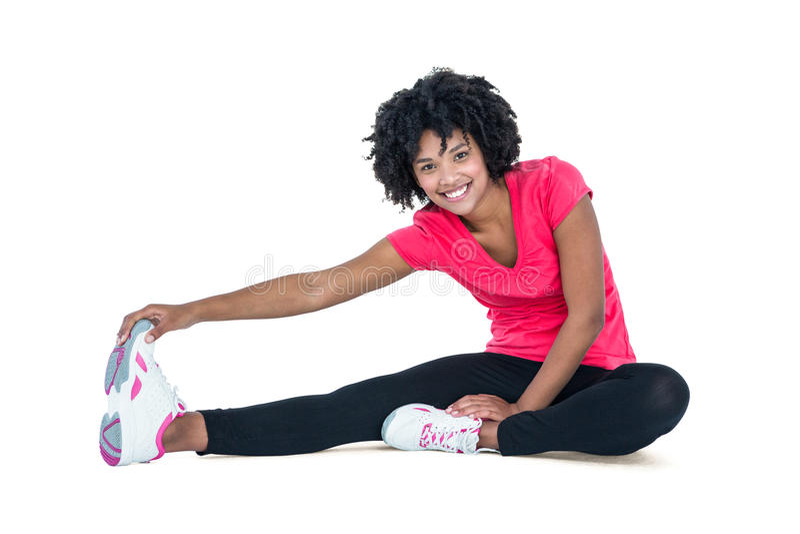 Retrato dos dedos do pé tocantes da jovem mulher ao exercitar imagens de stock royalty free