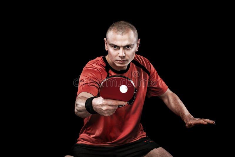 Retrato dos esportes homem, homem, atleta que joga o tênis de mesa isolado no fundo preto imagens de stock