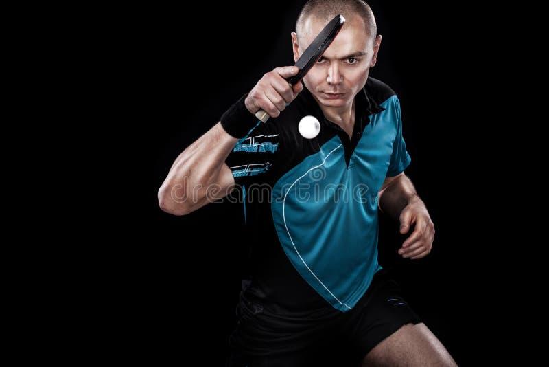 Retrato dos esportes homem, homem, atleta que joga o tênis de mesa isolado no fundo preto fotografia de stock