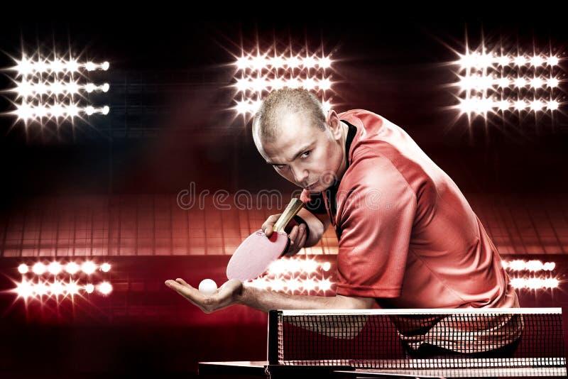 Retrato dos esportes homem, homem, atleta que joga o tênis de mesa isolado no fundo preto imagem de stock royalty free