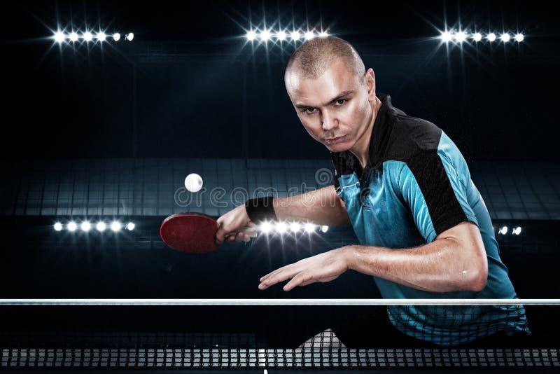 Retrato dos esportes homem, homem, atleta que joga o tênis de mesa isolado no fundo preto foto de stock