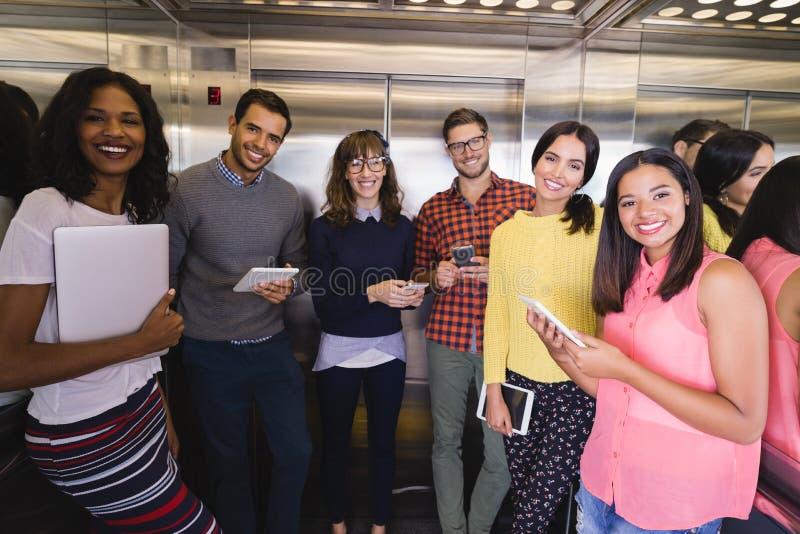 Retrato dos executivos que estão no elevador fotos de stock royalty free