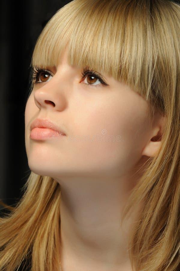 Retrato dos jovens da menina atrativa fotografia de stock