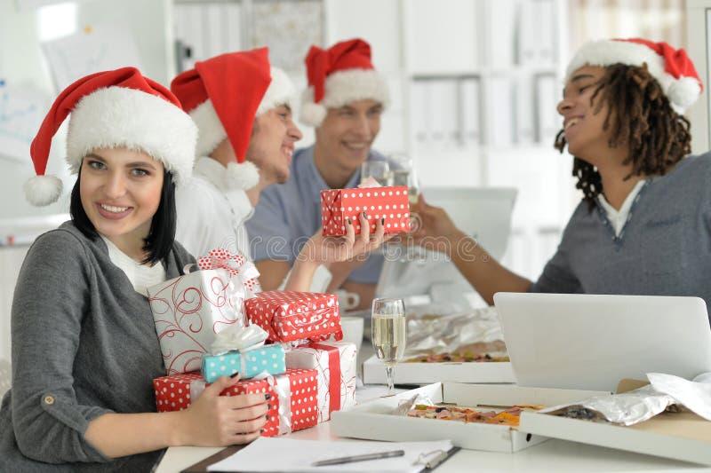Retrato dos jovens em chapéus de Santa que comemoram o Natal fotos de stock