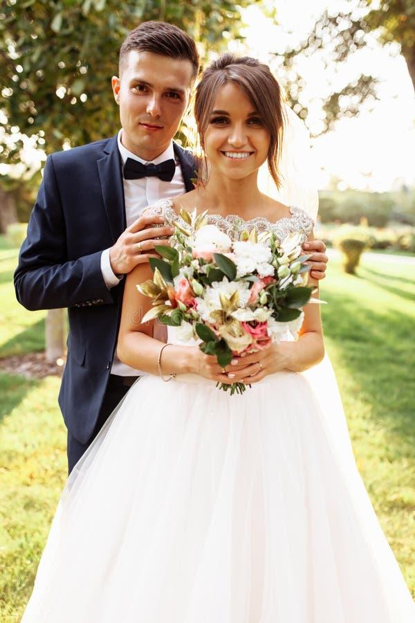 Retrato dos noivos na natureza, par bonito no amor imagens de stock royalty free