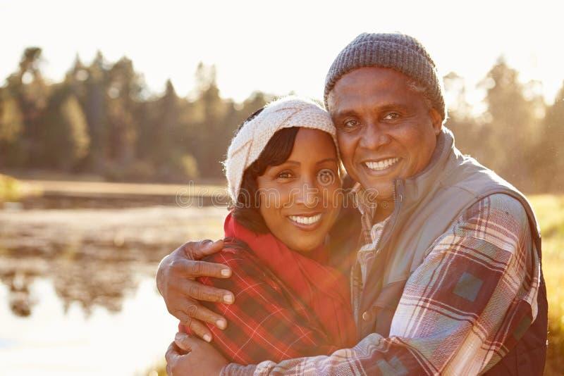 Retrato dos pares afro-americanos superiores que andam pelo lago fotos de stock royalty free