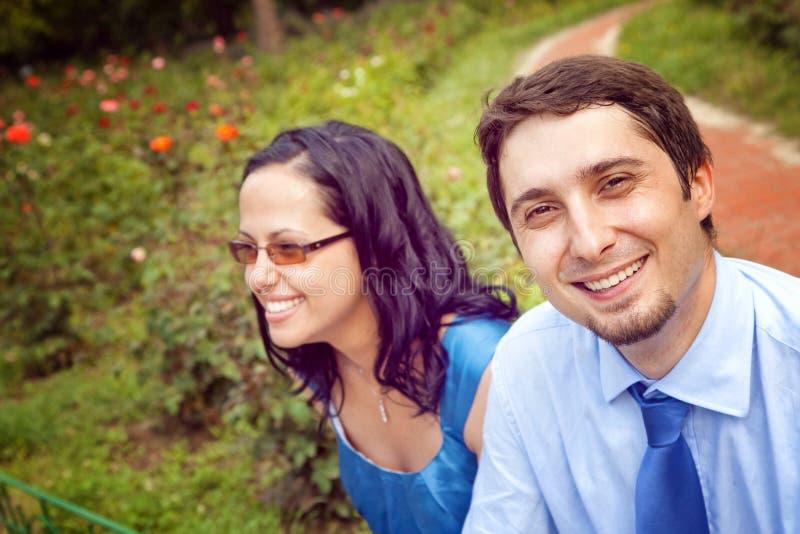 Retrato dos pares alegres felizes ao ar livre imagens de stock