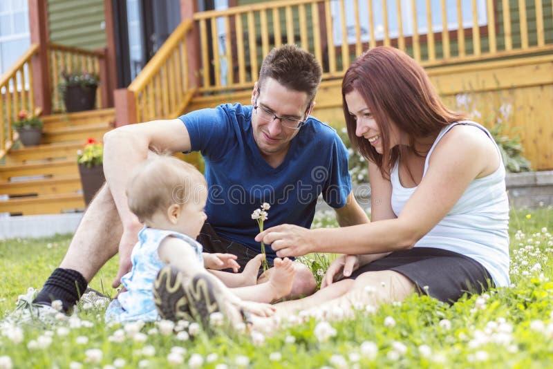 Retrato dos pares com sua filha adorável dentro imagem de stock