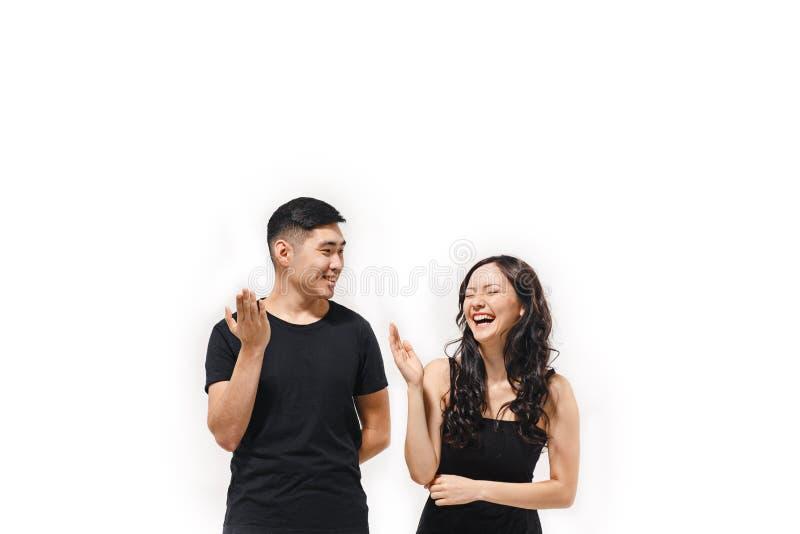 Retrato dos pares coreanos de sorriso isolados no branco fotos de stock royalty free