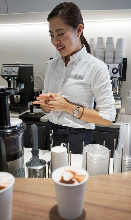 Retrato dos pares de povos sobre o chantiliy que cobre o café do copo no Tóquio da cidade da área de Ginza do famouse, Japão Um a imagens de stock